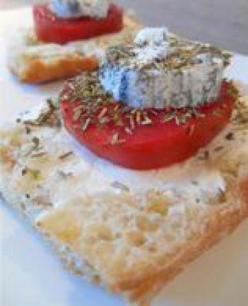 Bruschetta tomate et chèvre chaud