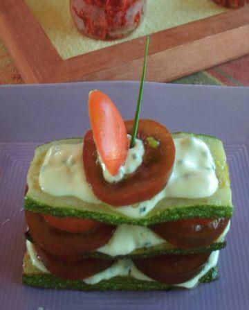 Millefeuilles de courgettes et tomates noires, crème de vache qui rit safranée