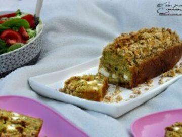 Cake à la courgette, féta, tomates confites et pignons de pin