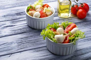 Mini salades de tomates et poulet en ramequins