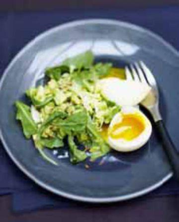 Concassée d'avocat et oeufs mollets  en salade