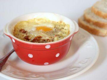 Oeuf cocotte à la crème de moutarde, tomates séchées & parmesan