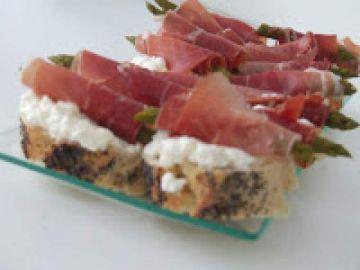 Canapé d'asperges rôties au fromage frais et au jambon cru