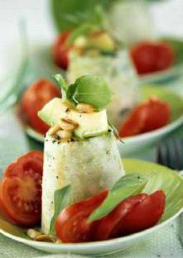 Flan d'avocat au fromage, tomates, basilic et pignons