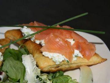 Feuilletés au saumon, pomme verte, concombre & ciboulette